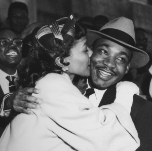 martin-luther-king-jr-coretta-scott-kiss